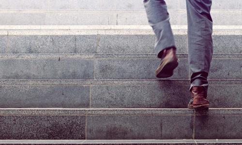 بالا و پایین رفتن از پله چه مزایا و معایبی دارد؟