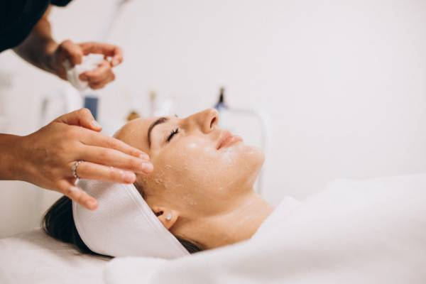 استفاده از آب پیاز برای درمان تیره ترین لکه های صورت