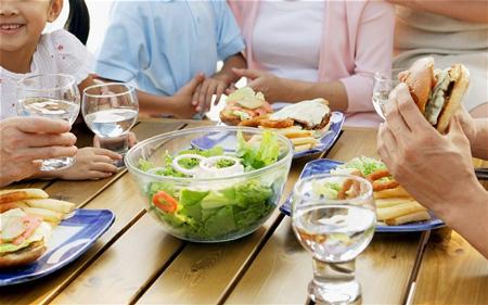 نوشیدن آب بین وعده های غذایی آیا مضر است و چه عوارضی دارد؟